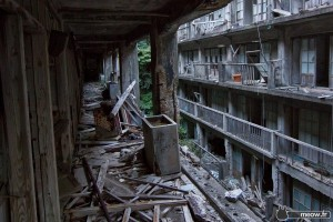 deserted-corridor-on-coal-mining-island-of-hashima-600x400