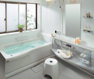 Un moderno o-furo (ducha fuera de la bañera)